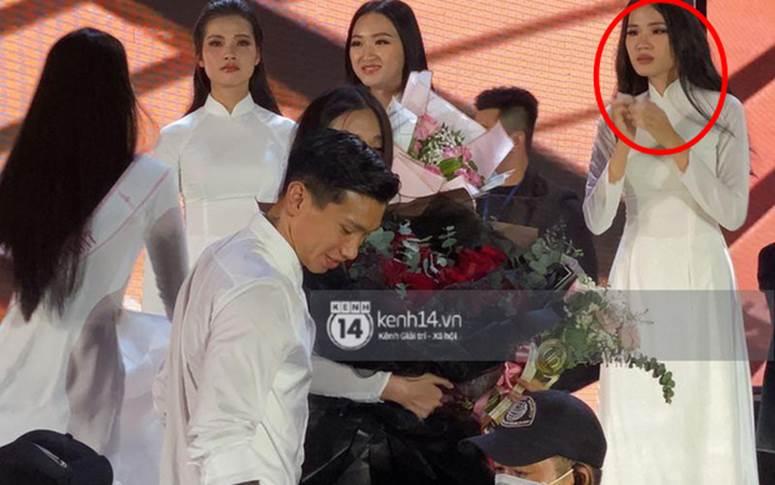 Biểu cảm ơ mây zing của gái đẹp khi chứng kiến Đoàn Văn Hậu lên thẳng sân khấu tặng hoa cho Doãn Hải My-2