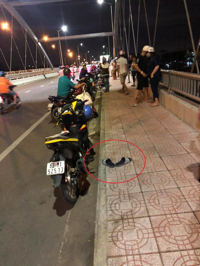 Thanh niên để xe và dép giữa cầu rồi biến mất, tất cả nháo nhác tìm trên sông thì sững người vì cảnh trước mắt-2