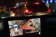Dừng xe tắc đường, thanh niên chưa hết ngượng khi camera 360 vô tình quét phải chiếc đùi thon của cô gái trên xe máy thì đã run rẩy vì mối nguy hiểm bất ngờ ngay bên cạnh
