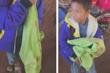 20/11, cậu bé mang bao tải tới tặng cô giáo, món quà bên trong khiến tất cả bối rối xúc động