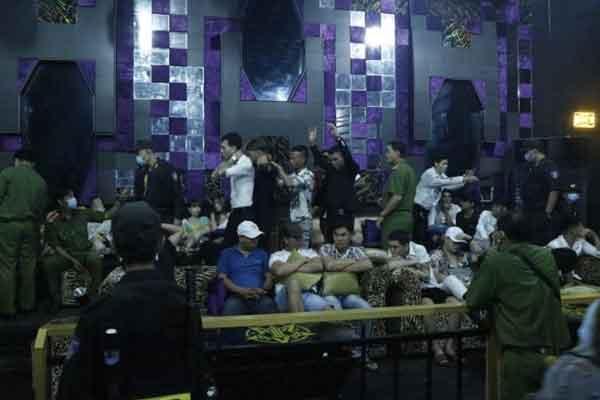 Bình Dương: 74 khách bay lắc trong quán bar dương tính với ma túy, ném tang vật xuống sàn khi thấy công an-1