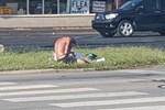 Thấy người đàn ông lê lết xin ăn giữa đường, thanh niên dừng xe có hành động thô bạo nhưng lại được nhiều người đồng tình-4