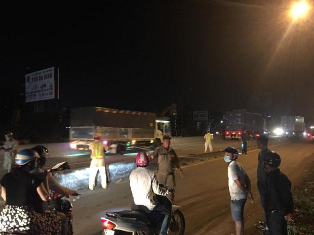 Vợ vừa bế con nhỏ vừa ôm thi thể chồng sau va chạm với xe container khiến người đi đường xót xa-3