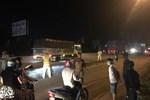 Vợ vừa bế con nhỏ vừa ôm thi thể chồng sau va chạm với xe container khiến người đi đường xót xa