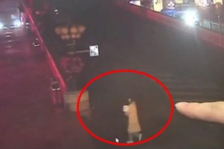 Nghe tiếng khóc trẻ con ở ga tàu lúc 5 giờ sáng, người đàn ông báo cảnh sát và câu chuyện gây phẫn nộ đằng sau