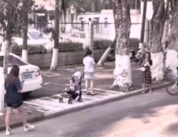 Để con ngồi trên xe đẩy trên vỉa hè rồi ung dung lướt điện thoại, mẹ không ngờ tử thần ngay bên cạnh bé-1