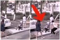 Để con ngồi trên xe đẩy trên vỉa hè rồi ung dung lướt điện thoại, mẹ không ngờ 'tử thần' ngay bên cạnh bé