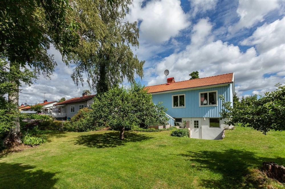 Căn nhà cấp 4 màu xanh da trời nhìn ngoài thì bình thường mà bên trong khiến ai cũng sững sờ-1