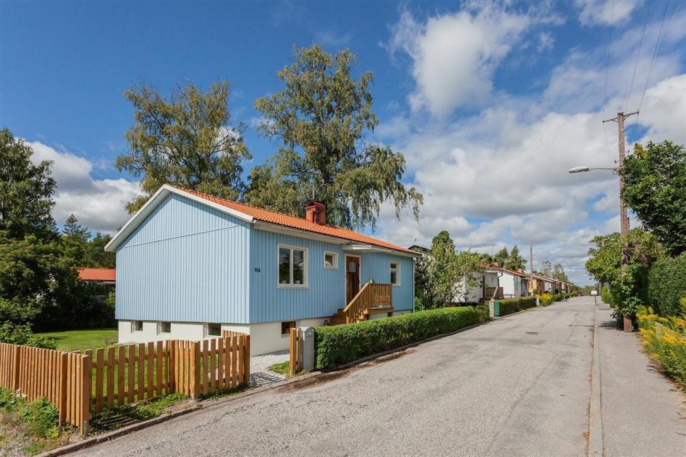 Căn nhà cấp 4 màu xanh da trời nhìn ngoài thì bình thường mà bên trong khiến ai cũng sững sờ-2