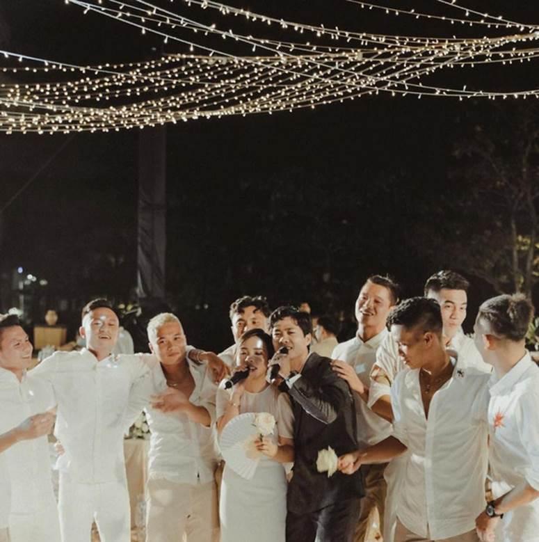 Tiến Linh khoe ảnh nét căng bên vợ chồng Công Phượng trong siêu hôn lễ, vô tình hé lộ nhẫn cưới của cô dâu chú rể-2