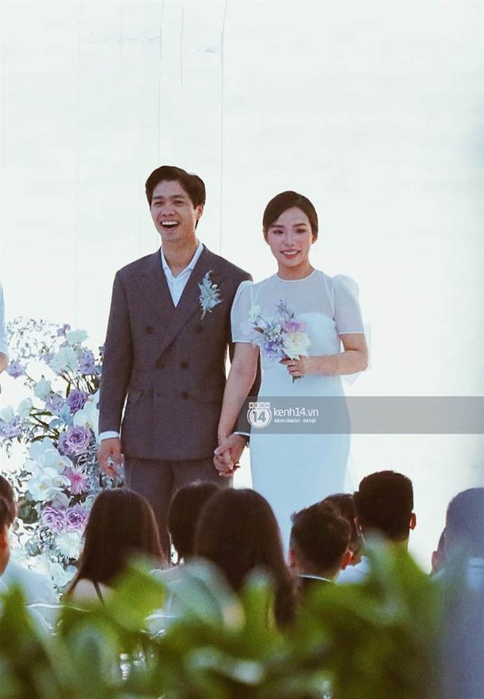 Tiến Linh khoe ảnh nét căng bên vợ chồng Công Phượng trong siêu hôn lễ, vô tình hé lộ nhẫn cưới của cô dâu chú rể-3