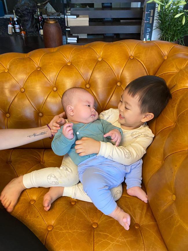 Sinh con ở tuổi U50, hot mom Văn Thùy Dương dở khóc dở cười khi nghe cách cháu nội chào 2 chú Cơm - Canh-2