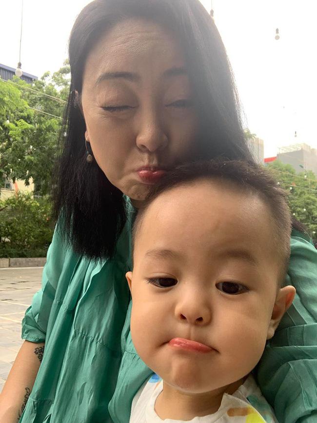Sinh con ở tuổi U50, hot mom Văn Thùy Dương dở khóc dở cười khi nghe cách cháu nội chào 2 chú Cơm - Canh-3