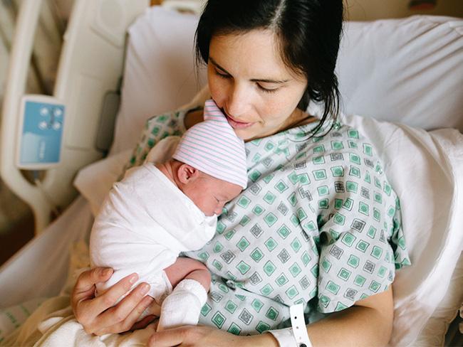 Đau đẻ 7 tiếng thì vỡ ối, bác sĩ sốc khi sản phụ mang song thai nhưng sinh ra 1 túi cứng như hóa thạch-2