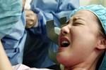 Đau đẻ 7 tiếng thì vỡ ối, bác sĩ sốc khi sản phụ mang song thai nhưng sinh ra 1 túi cứng như hóa thạch