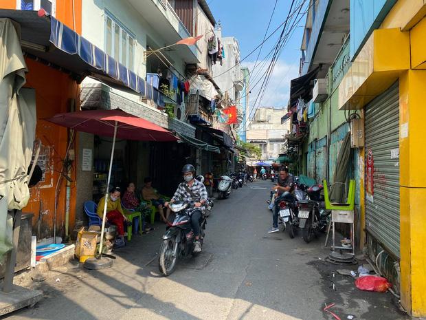 Chạy xe máy không đội mũ bảo hiểm, đôi nam nữ say xỉn còn đánh lực lượng Cảnh sát-2