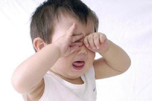 Con cận thị 1 đi ốp lúc 1 tuổi chỉ vì bố mẹ đã làm sai điều này-3
