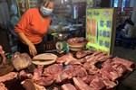 """Thịt lợn ế ẩm, nhiều tiểu thương giảm giá thủng đáy"""" vớt vát tiền vốn-3"""