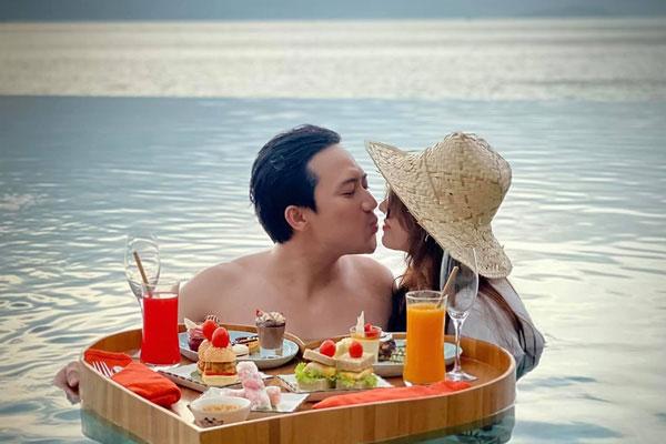 Trấn Thành khoe ảnh liên hoàn 'khóa môi' với bà xã