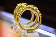 Giá vàng lao dốc, chênh lệch vọt lên gần 5 triệu đồng/lượng