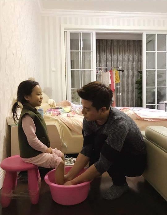 Con gái 16 tuổi ngồi trong lòng bố, mẹ thấy liền can ngăn nhưng phản ứng của hai cha con khiến nhiều người tranh cãi-1