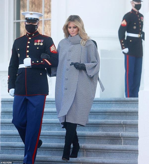 Đệ nhất phu nhân Mỹ vừa lộ diện đã chiếm spotlight với thần thái hơn người, tiếp tục gây chú ý bởi hành động đặc biệt-4