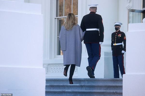 Đệ nhất phu nhân Mỹ vừa lộ diện đã chiếm spotlight với thần thái hơn người, tiếp tục gây chú ý bởi hành động đặc biệt-5