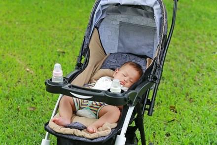 Làm việc này mỗi lần đưa con ra ngoài bằng xe đẩy, bố mẹ có thể hại chết con mà không biết