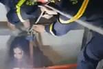 Cô gái rơi xuống giếng thang máy được giải cứu ngoạn mục