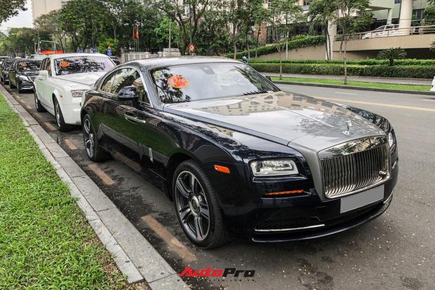 Loạt xe khủng đưa dâu trong đám hỏi Phan Thành, chú rể cầm lái Rolls-Royce Wraith 34 tỷ đồng-1
