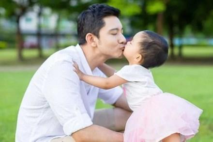 Hầu hết những thiếu sót của con gái đều đến từ bố? Ảnh hưởng của bố đến con gái, mẹ không bao giờ thay thế được?