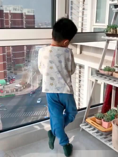 Con trai đứng nhìn trân trân sang cửa sổ nhà hàng xóm, biết thứ con đang nhìn thì bà mẹ câm nín-1