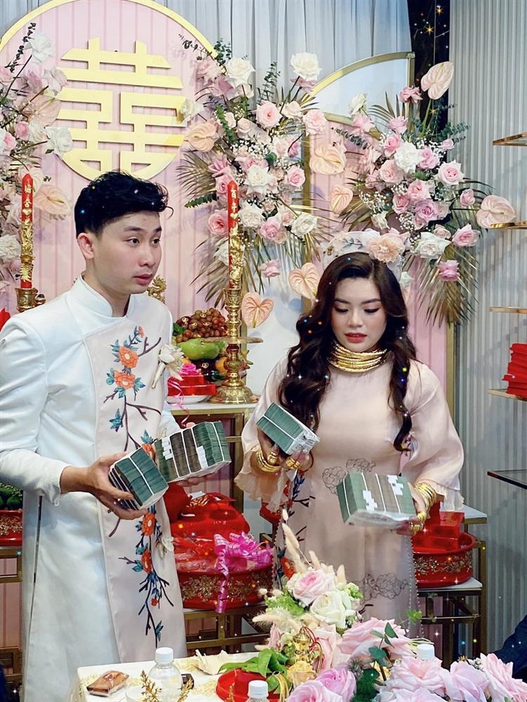 Lễ vu quy cô dâu đeo kiềng vàng nặng trĩu cổ, nhẫn kín 2 bàn tay, còn cầm thêm 4 cọc tiền gây choáng-1