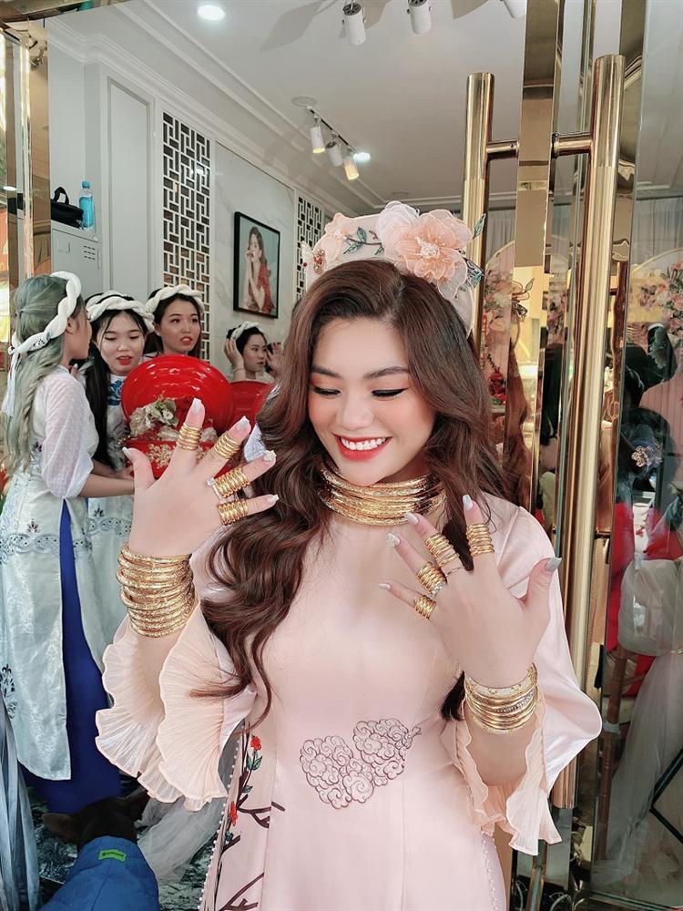 Lễ vu quy cô dâu đeo kiềng vàng nặng trĩu cổ, nhẫn kín 2 bàn tay, còn cầm thêm 4 cọc tiền gây choáng-2