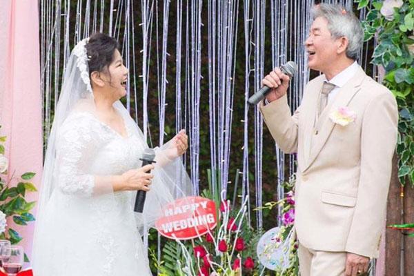 NSND Thanh Hoa mắc cỡ vì sự cố trớ trêu sữa chảy ướt áo dài khi đang hát trên sâ