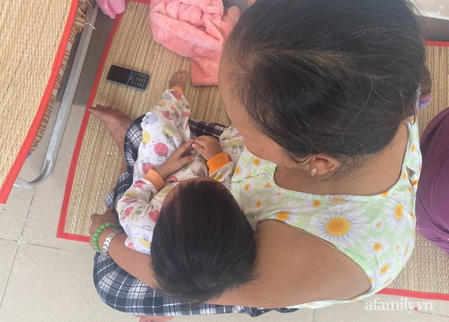 Đau xót lời kể bà ngoại bé gái 3 tuổi nghi bị mẹ đẻ bạo hành chấn thương sọ não: Bị đánh vì để phân dính vào dép?-6
