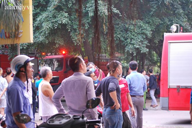 Hà Nội: Cháy dữ dội tại chung cư ở Hà Đông sau tiếng nổ lớn, người dân hoảng loạn chạy từ tầng 13 xuống đất lánh nạn-5