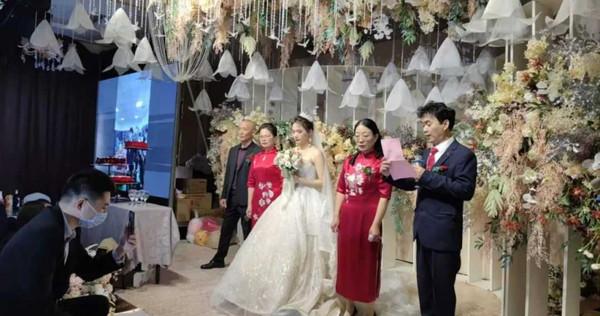 Chú rể nhận cuộc gọi khẩn cấp trước hôn lễ đẩy cô dâu vào tình huống bi hài tại sảnh cưới khiến quan khách xúc động-1