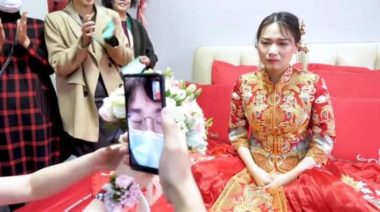 Chú rể nhận cuộc gọi khẩn cấp trước hôn lễ đẩy cô dâu vào tình huống bi hài tại sảnh cưới khiến quan khách xúc động-2