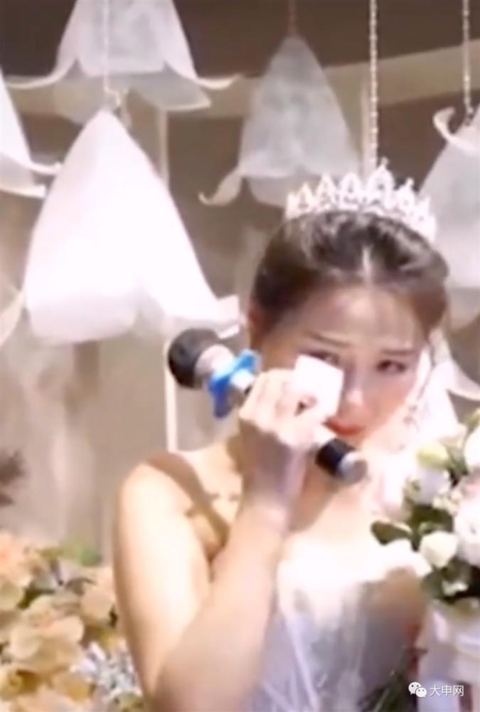 Chú rể nhận cuộc gọi khẩn cấp trước hôn lễ đẩy cô dâu vào tình huống bi hài tại sảnh cưới khiến quan khách xúc động-4