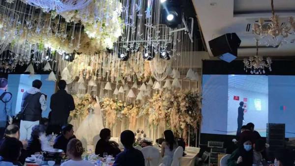 Chú rể nhận cuộc gọi khẩn cấp trước hôn lễ đẩy cô dâu vào tình huống bi hài tại sảnh cưới khiến quan khách xúc động-6