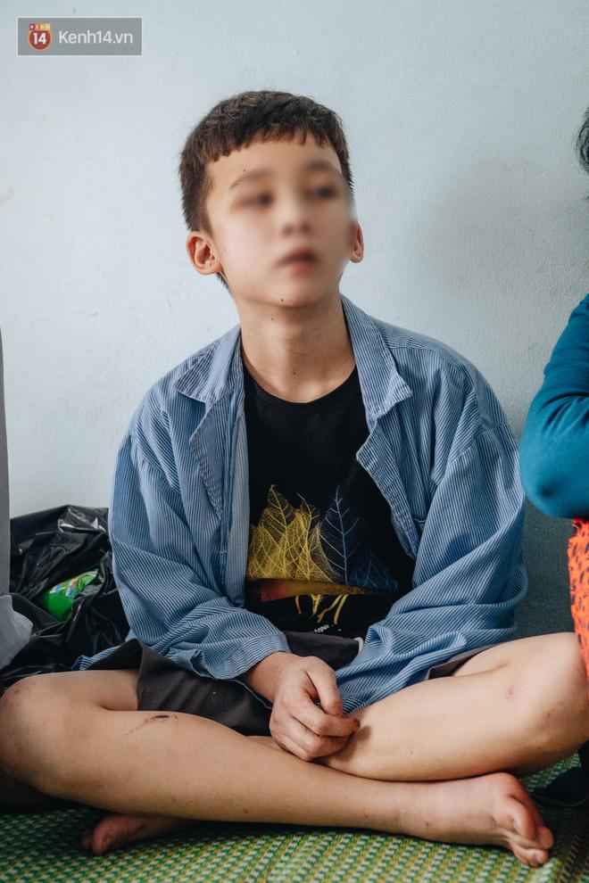 Người thân xót xa khi gặp lại cậu bé 15 tuổi bị chủ quán bánh xèo bạo hành, hy vọng cháu sớm về quê tiếp tục việc học-5