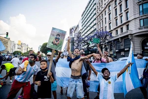 Đất nước Argentina chìm trong biển nước mắt tiếc thương Maradona-7