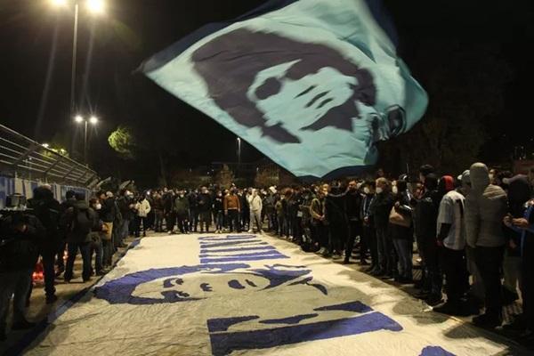 Đất nước Argentina chìm trong biển nước mắt tiếc thương Maradona-8