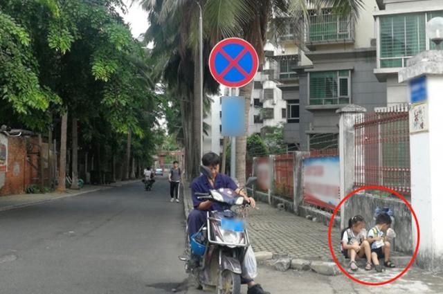 Cho 2 con ngồi bệt ở góc đường ăn sáng, ông bố không ngờ mình bị chụp ảnh, nhận lời khen tới tấp vì 1 hành động nhỏ của đám trẻ-1