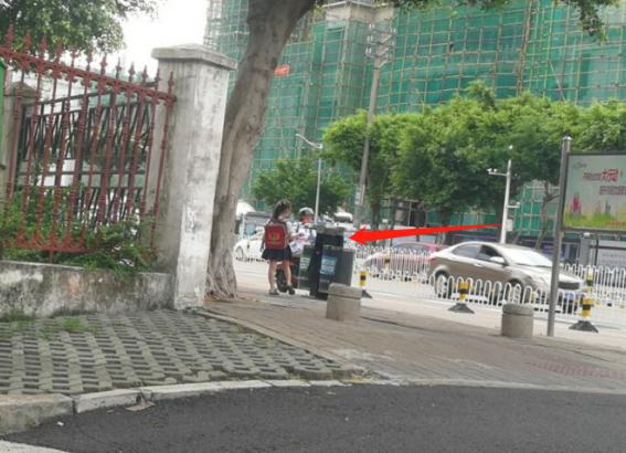 Cho 2 con ngồi bệt ở góc đường ăn sáng, ông bố không ngờ mình bị chụp ảnh, nhận lời khen tới tấp vì 1 hành động nhỏ của đám trẻ-2