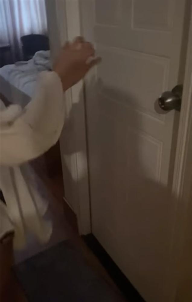 Xôn xao loạt clip vợ bầu 7 tháng đi đánh ghen, cùng công an đến đập cửa phòng chồng và nhân tình-4