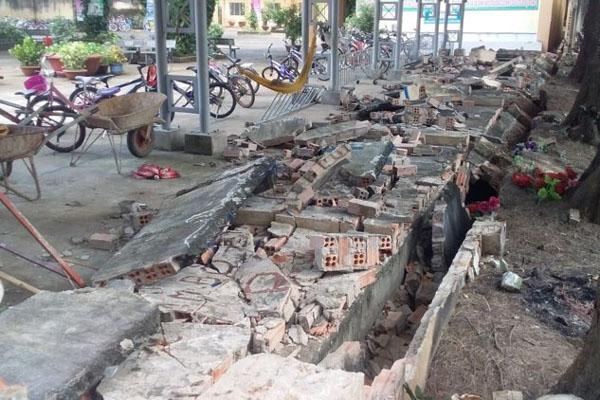 CLIP: Gần 30m tường bao của 1 trường tiểu học ở Đồng Nai bất ngờ đổ sập