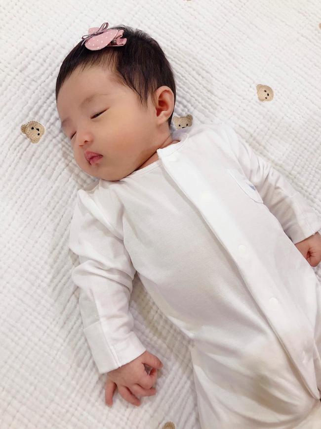 Đông Nhi chính thức khoe cận cảnh gương mặt của con gái đầu lòng-2