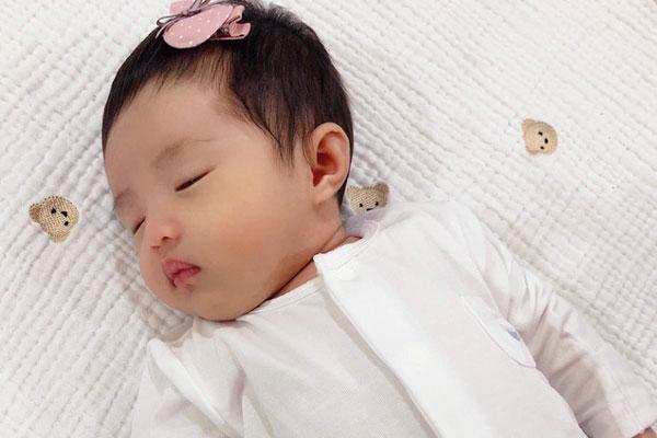 Cận cảnh gương mặt của con gái đầu lòng của Đông Nhi